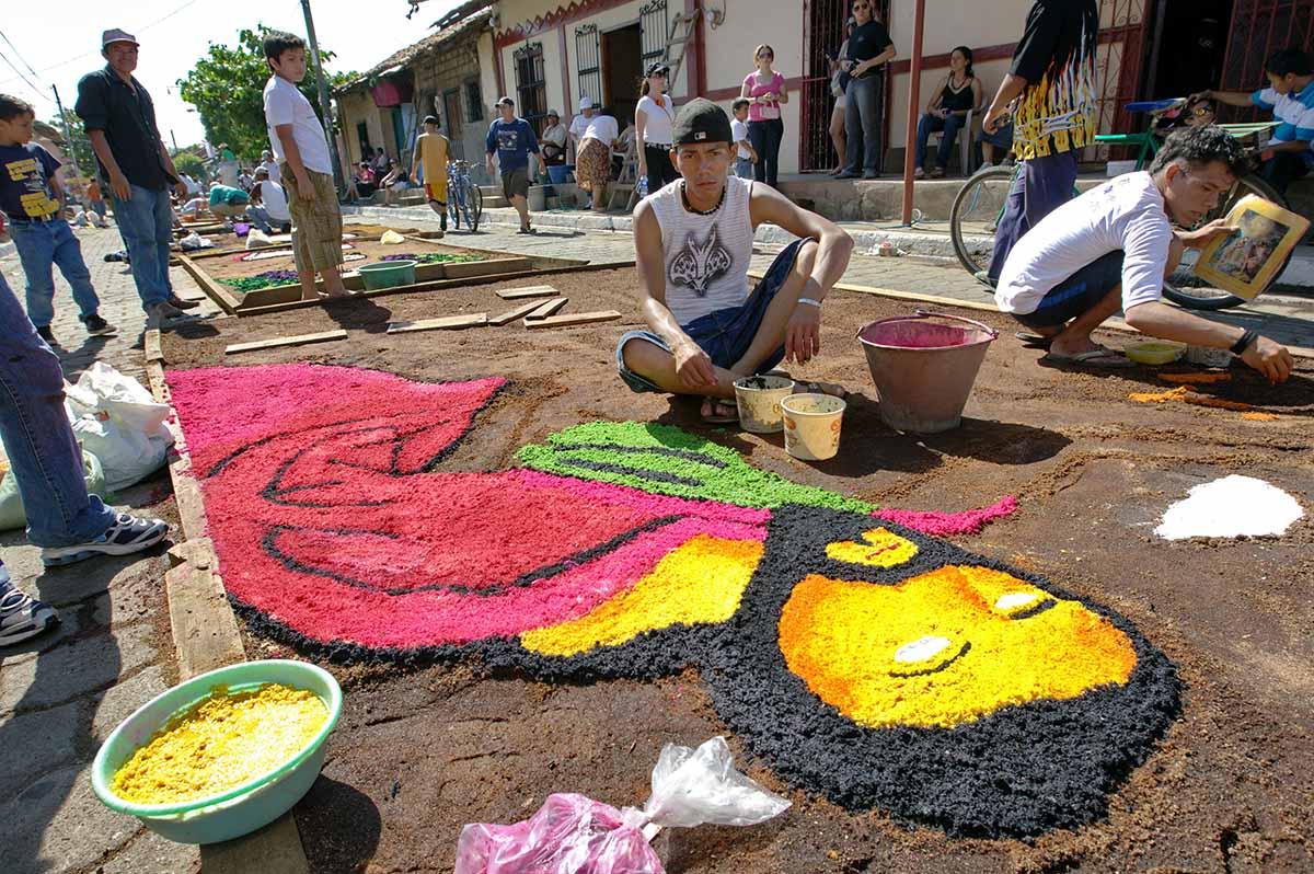 LeÛn, Nicaragua: Alfombras Pasionarias en aserrin en la calle Subiaba en la ciudad de LeÛn en Semana Santa rescata la cultura tradicional. © Inti Ocon/LATINPHOTO.org